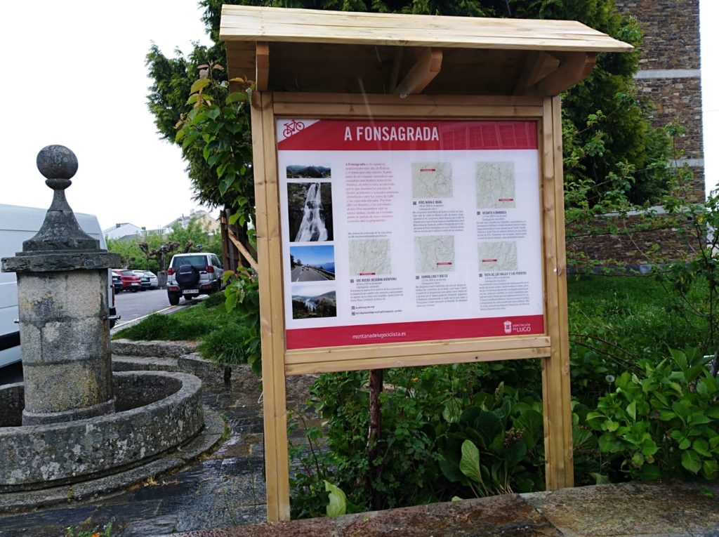 Cartel con las rutas en Fonsagrada (plaza del Concello)